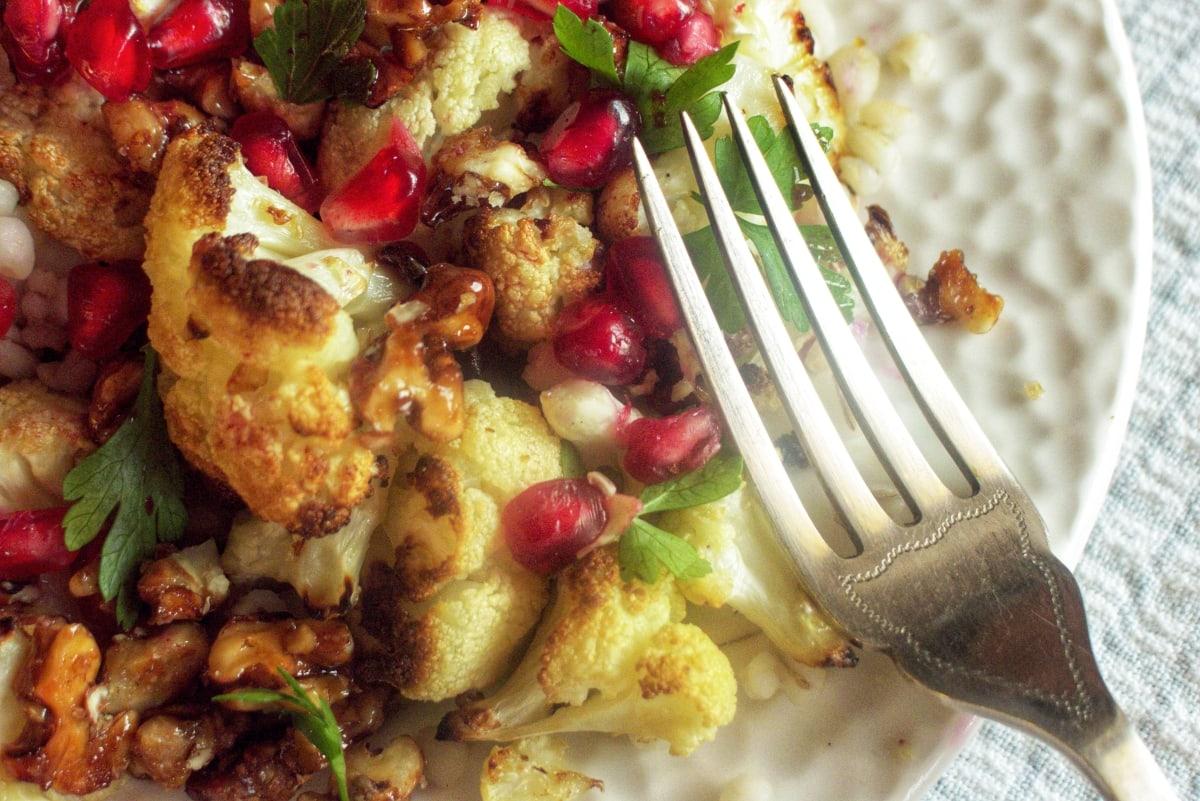 sałatka z kalafiora, pęczaku i karmelizowanych orzechów 2