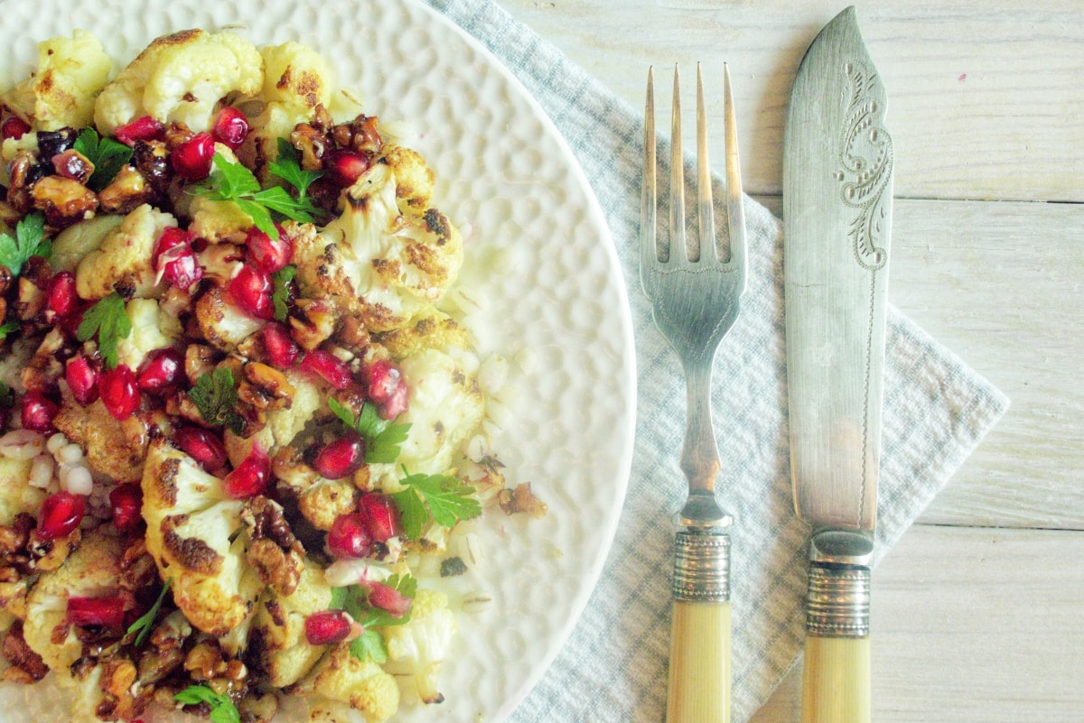 sałatka z kalafiora, pęczaku i karmelizowanych orzechów