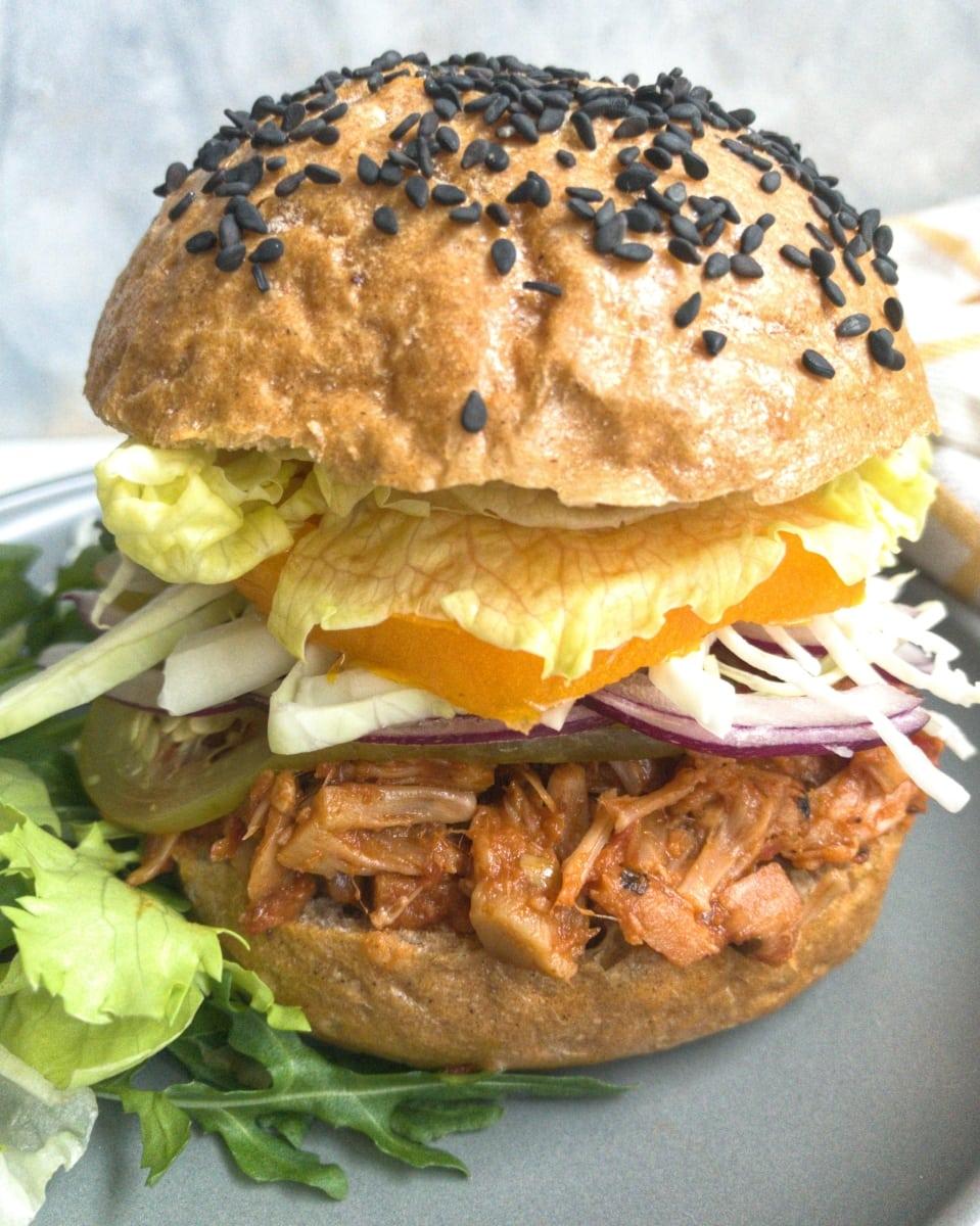 wegański burger z szarpaną wieprzowiną