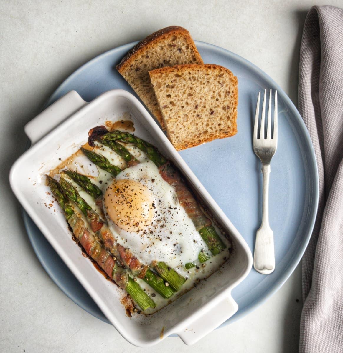 szparagi zapiekane z jajkiem