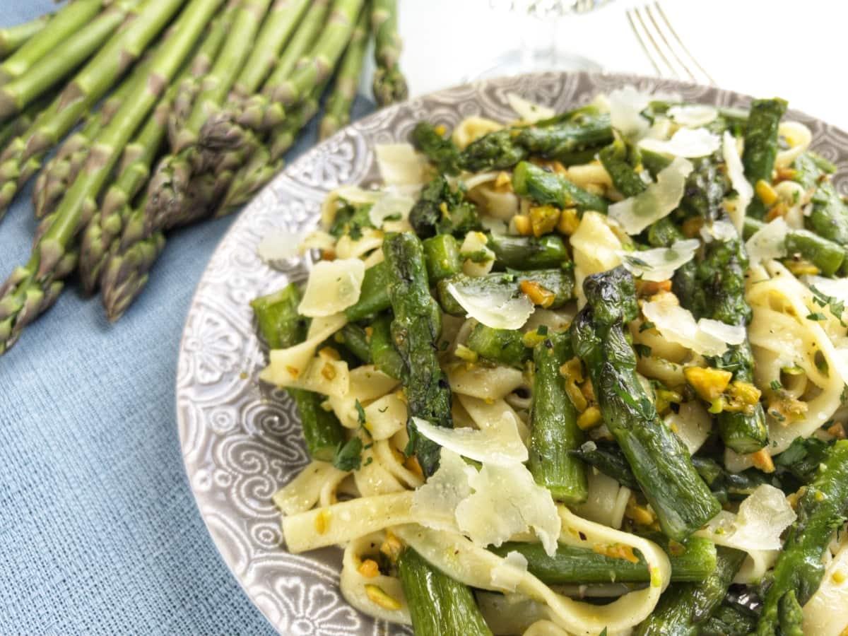 makaron ze szparagami i pistacjami 2