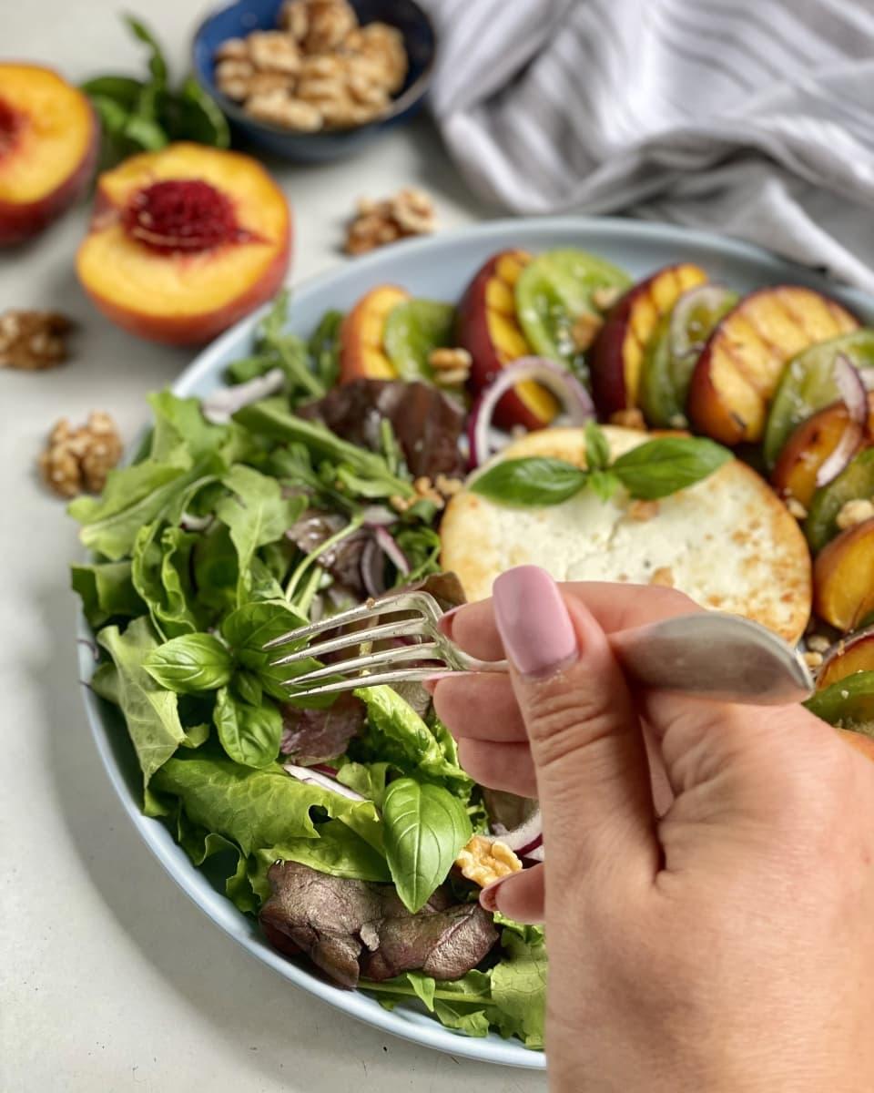 sałatka z grillowanych brzoskwiń z serem manouri